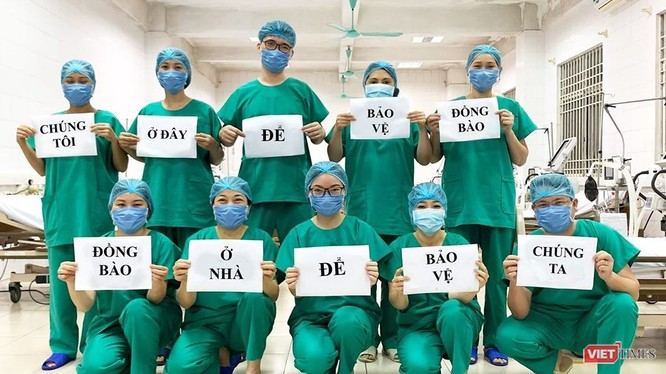 Các nhân viên y tế của Bệnh viện số 2 Quảng Ninh với thông điệp nhắn nhủ dễ thương đang là trend trên mạng xã hội (ảnh: BVCC)