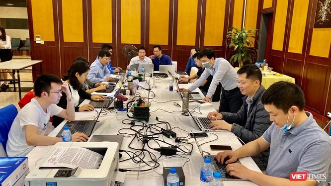 """Tổ thông tin đáp ứng dịch của Ban Chỉ đạo Quốc gia phòng, chống dịch COVID-19 làm việc ngày đêm để """"truy tìm"""" những người mắc COVID-19 trên các chuyến bay vào Việt Nam."""