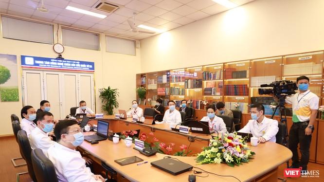 Các bác sĩ Bệnh viện Đại học Y Hà Nội tham gia khám, chữa bệnh từ xa tại lễ khai trương