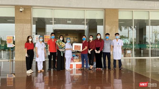 Đại diện 3 công ty đến Bệnh viện Nhiệt đới Trung ương, Cơ sở Đông Anh để tiếp sức cho các bác sĩ chống dịch COVID-19.