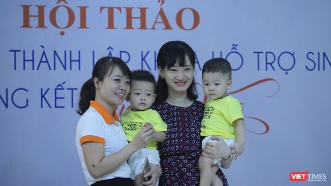 : Bác sĩ Thu Hiền (ngoài cùng bên trái) cùng 1 gia đình có con nhờ thụ tinh trong ống nghiệm