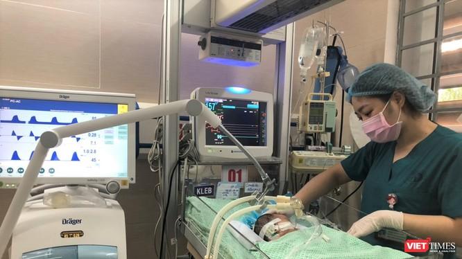Cháu bé bị bỏ rơi đang được chăm sóc tận tình tại Bệnh viện Xanh Pôn