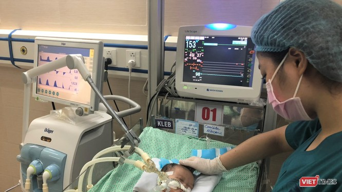 Cháu bé đang được điều trị và chăm sóc chu đáo tại Bệnh viện Xanh Pôn