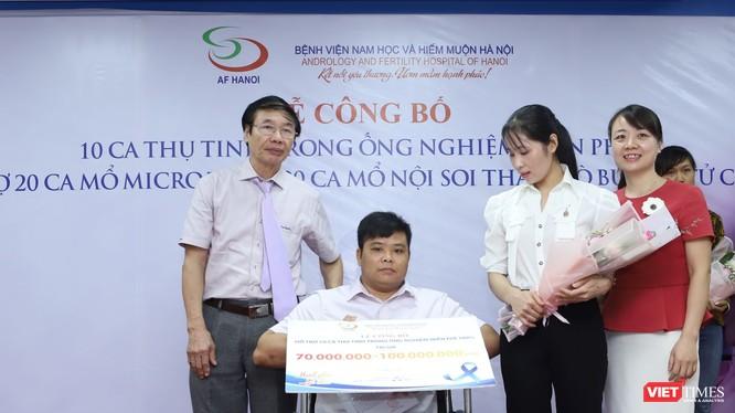 Lãnh đạo Bệnh viện Nam học và Hiếm muộn Hà Nội trao quà TTTON miễn phí cho vợ chồng anh chị Trần Thị Nga và anh Vũ Văn Khải