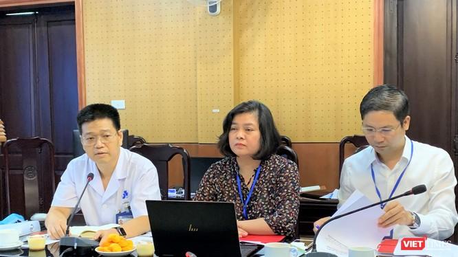 PGS.TS. Lê Hữu Doanh (ngoài cùng bên trái) - Phó Giám đốc Bệnh viện Da liễu Trung ương - trao đổi thẳng thắn với báo chí tại buổi làm việc
