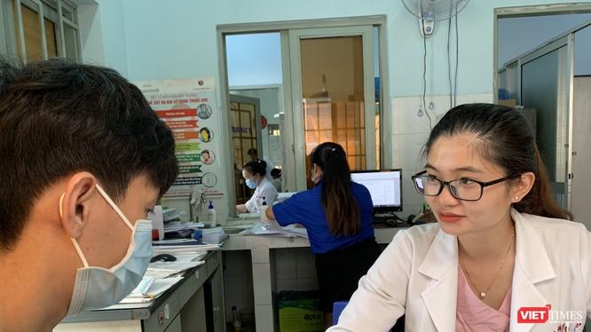 Bác sĩ tư vấn cho bệnh nhân HIV ở Trung tâm y tế Thuận An