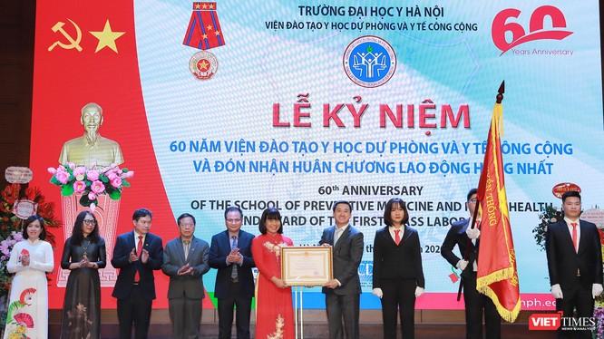 Thứ trưởng Trần Văn Thuấn trao Huân chương Lao động hạng Nhất cho tập thể Viện Đào tạo YHDP và YTCC