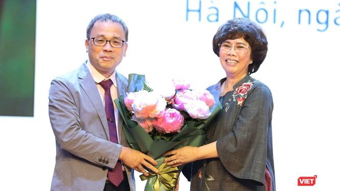 """Bà Thái Hương: Tôi tìm mua bằng được bó hoa mẫu đơn này để tặng GS.TS. Tạ Thành Văn, với lời chúc và mong muốn """"thầy thuốc như mẹ hiền"""""""