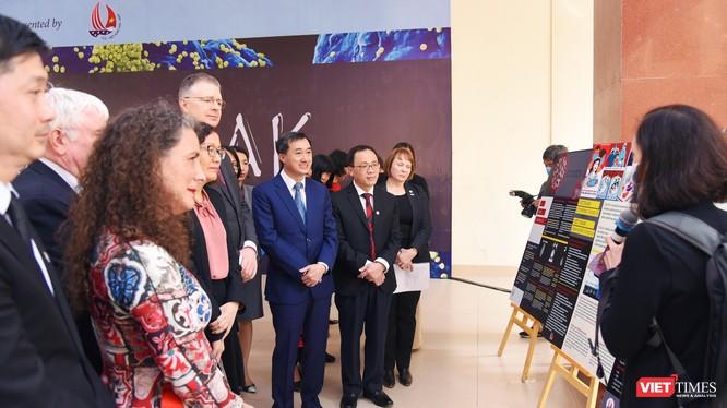 Đại sứ Hoa Kỳ tại Việt Nam, ông Kritenbrink, Thứ trưởng Bộ Y tế Trần Văn Thuấn và GS. TS. Tạ Thành Văn – Chủ tịch Hội đồng Trường Đại học Y Hà Nội và các đại biểu nghe giới thiệu về các bức họa trong triển lãm