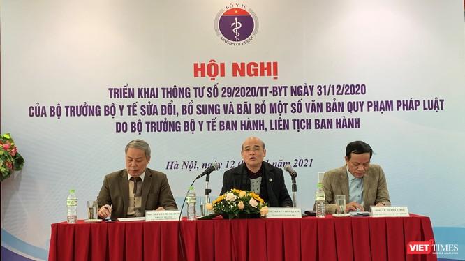 TS. Nguyễn Huy Quang - Vụ trưởng Vụ Pháp chế (giữa) chủ trì cuộc trao đổi về Thông tư 29 của Bộ Y tế.