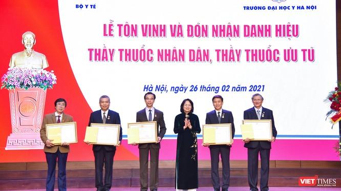 Phó Chủ tịch nước Đặng Thị Ngọc Thịnh trao danh hiệu TTND cho các cán bộ, giảng viên của Trường Đại học Y Hà Nội
