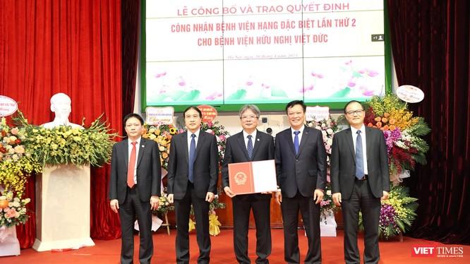 Thứ trưởng Bộ Nội Vụ Nguyễn Duy Thăng trao danh hiệu BV hạng Đặc biệt lần thứ 2 cho BV Hữu Nghị Việt Đức