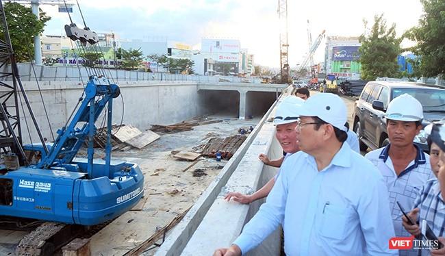 Chủ tịch UBND TP Đà Nẵng Huỳnh Đức Thơ cùng đoàn công tác của UBND TP Đà Nẵng đã có chuyến thị sát, kiểm tra công tác chuẩn bị cho sự kiện Tuần lễ Cấp cao APEC 2017 tại Công trình trọng điểm Nút giao thông hầm chui Nguyễn Tri Phương-Điện Biên Phủ