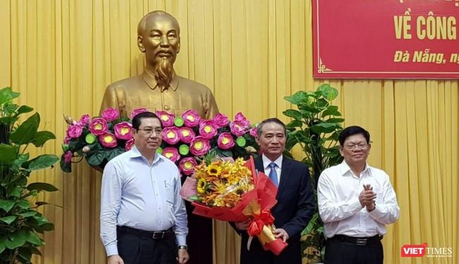 Chủ tịch Huỳnh Đức Thơ và Phó bí thư thường trực Võ Công Trí chúc mừng tân Bí thư Thành ủy Đà Nẵng Trương Quang Nghĩa