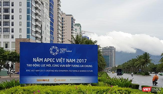 Ngày 21/10, UBND TP Đà Nẵng đã phối hợp với Sở Ngoại vụ tổ chức lễ ra quân liên lạc viên và tình nguyện viên tham gia phục vụ Tuần lễ cấp cao APEC 2017, với sự tham dự của gần 800 liên lạc viên, tình nguyện viên.