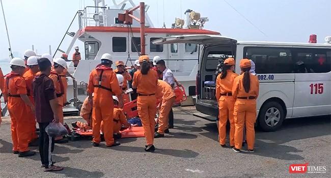 Tàu SAR412 của Phối hợp tìm kiếm, cứu nạn hàng hải Việt Nam tại Đà Nẵng cùng ê kíp bác sỹ của Trung tâm cấp cứu 115 Đà Nẵng đã cứu nạn thành công một ngư dân nguy kịch do bị tai nạn lao động trên biển Hoàng Sa - Ảnh cắt từ clip
