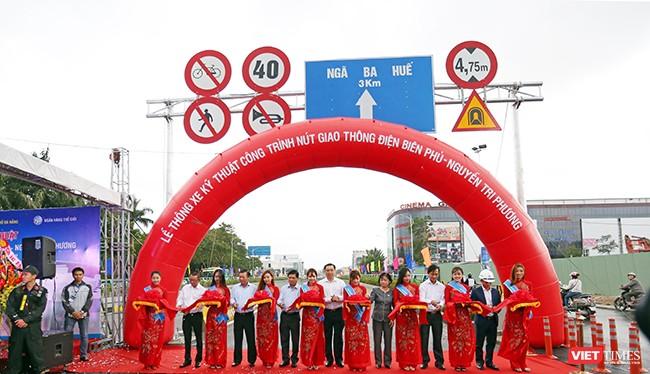 Sáng 1/11, UBND TP Đà Nẵng đã chính thức tổ chức thông xe kỹ thuật nút giao thông Hầm chui Điện Biên Phủ-Nguyễn Tri Phương sau hơn 10 tháng thi công. Kịp thời phục vụ sự kiện APEC sắp diễn ra.