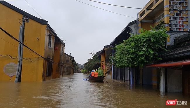 Nước lũ lên nhanh khiến Phố cổ Hội An chìm sâu trong lũ