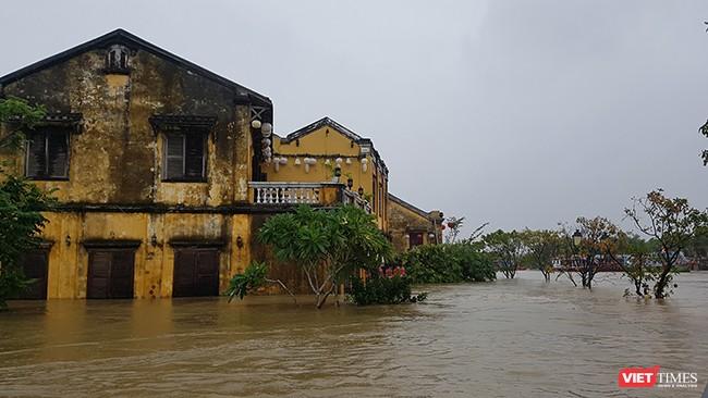 Mực nước trên các sông Thu Bồn tại Hội An ở mức 3,15m, trên mức BDD3 1,15m, xấp xỉ đỉnh lũ lịch sử năm 1964 0,25m