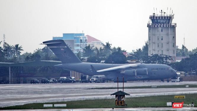 """Trưa nay (8/11), máy bay siêu vận tải C17 của quân đội Hoa Kỳ mang số hiệu RCH290 đã mang """"quái thú"""" Cadilac One của Tổng thống Mỹ đến Đà Nẵng."""