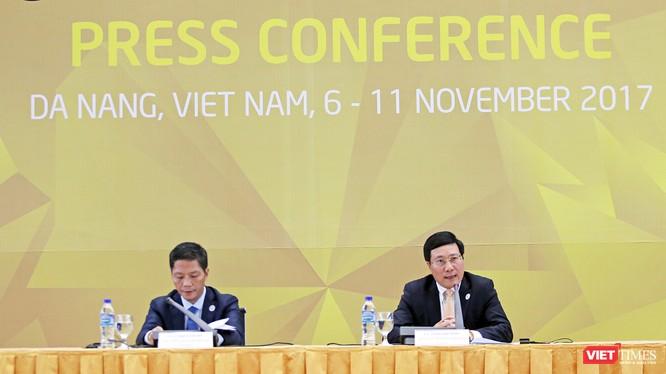 Chiều 09/11, tại Trung tâm báo chí quốc tế, Phó Thủ tướng, Bộ trưởng Ngoại giao Phạm Bình Minh, Chủ tịch Ủy ban Quốc gia APEC 2017 và Bộ trưởng Bộ Công thương Trần Tuấn Anh đã chủ trì buổi họp báo công bố kết quả của Hội nghị liên Bộ trưởng Ngoại giao -