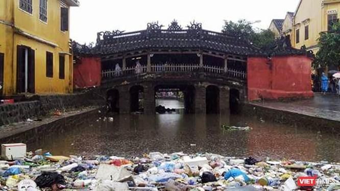 Chùa Cầu ngập rác sau lũ. Ảnh Trung Đào