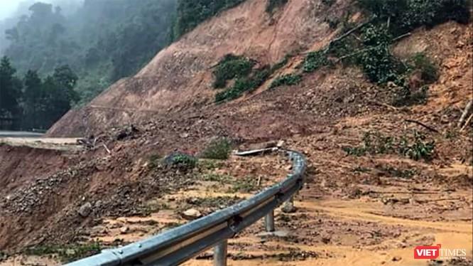 Tình trạng sạt lở nghiêm trọng xảy ra trên tuyến đường huyết mạch dẫn lên trung tâm huyện Nam Trà My