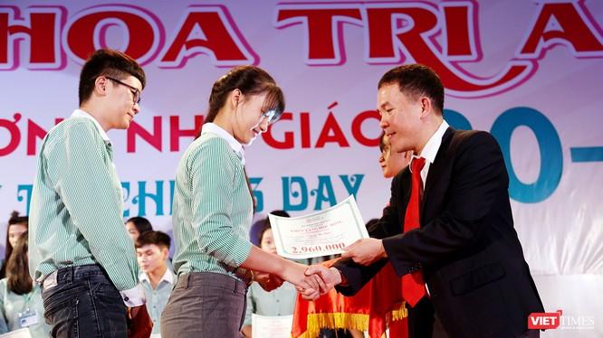 Đại học Đông Á (Đà Nẵng) vừa trao hơn 2 tỷ đồng học bổng khuyến tài và khuyến học dành cho các trường hợp sinh viên có thành tích học tập tốt
