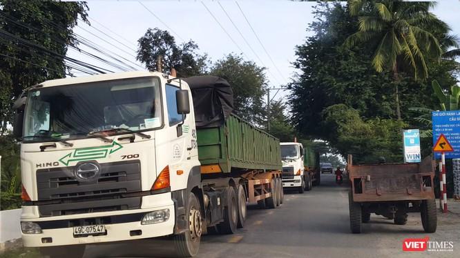 Hàng loạt những chuyến xe tải kéo móc loại 6 trục chở ALumin nối đuôi chạy ầm ầm qua QL27 và QL27B khiến tuyến giao thông đối mặt với nguy cơ xuống cấp, mất an toàn giao thông