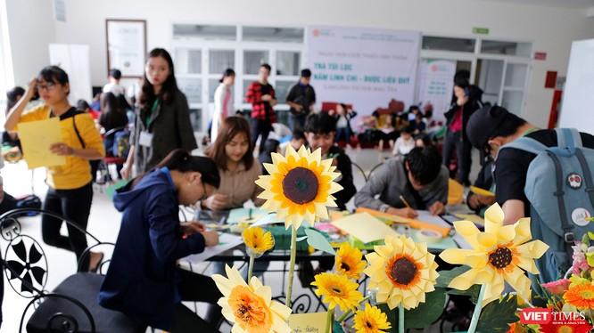 """Sinh viên Đà Nẵng hưởng ứng chiến dịch """"Tôi đồng hành, bạn đồng hành"""" góp hoa gửi về ngày hội Hoa hướng dương lần 10 bằng việc làm 1.000 đóa hướng dương hướng về bệnh nhi ung thư."""