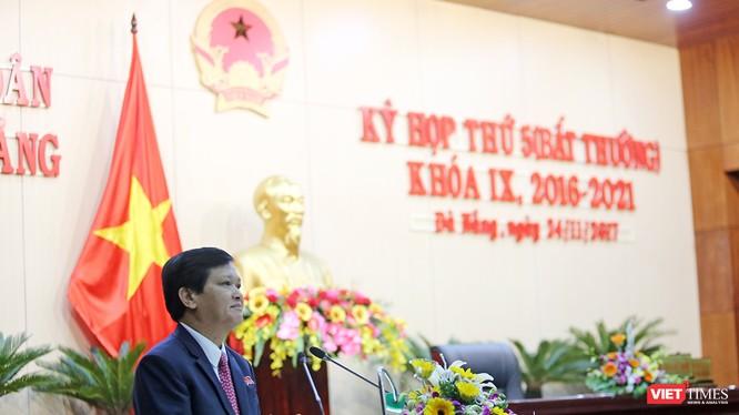 Ông Nguyễn Nho Trung, Phó Chủ tịch HĐND TP đọc tờ trình bãi nhiệm chức danh Chủ tịch HĐND TP khóa IX và đại biểu HĐND khóa IX nhiệm kỳ 2016-2021 đối với ông Nguyễn Xuân Anh tại Kỳ họp thứ 5 (bất thường)