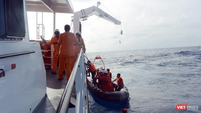 Sau nhiều giờ tìm kiếm và cứu nạn, tối ngày 13/12, tàu SAR 412 đã đưa 07 ngư dân trên tàu cá QB 92869 TS bị chìm trên biển về bờ an toàn.