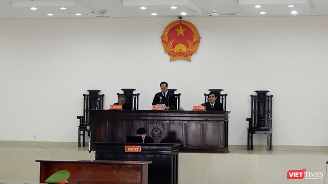 Sáng 16/1, Hội đồng xét xử sơ thẩm vụ án hình sự nhắn tin đe dọa giết người đối với Chủ tịch UBND TP Đà Nẵng Huỳnh Đức Thơ đã quyết định hoãn phiên tòa với lý do bị cáo và luật sư bào chữa vắng mặt.