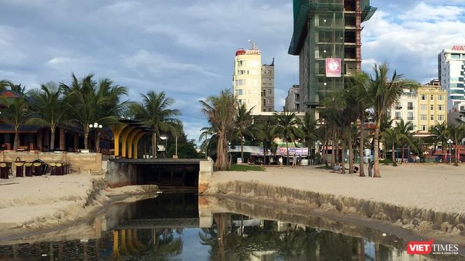 UBND TP Đà Nẵng vừa yêu cầu đưa công trình cải tạo cửa xả ra biển Mỹ An vào hoạt động nhằm hạn chế nước thải và mùi hôi trong cống thoát ra ngoài, gây ảnh hưởng xấu đến mỹ quan đô thị và bãi biển du lịch