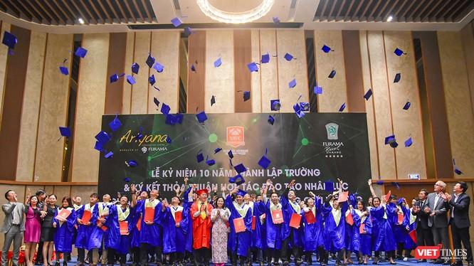 Với những đóng góp vào thành công của Tuần lễ APEC 2017 tại Đà Nẵng, Ban Lãnh đạo Khu nghỉ mát Furama Resort Đà Nẵng đã trao bằng chứng nhận cho 212 tình nguyện viên đã tham gia phục vụ Tuần lễ cấp cao APEC tại khu nghỉ mát này.