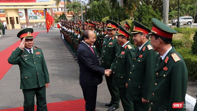 Sáng 11/2, Thủ tướng Chính phủ Nguyễn Xuân Phúc đã có chuyến thăm hỏi, động viên và chúc Tết cán bộ chiến sĩ Bộ Tư lệnh Quân khu V.