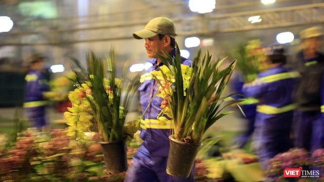 Chủ vườn lan đã bất ngờ tặng các anh chị lao công những giò lan tiền triệu là hình ảnh đẹp sau đêm giao thừa ở Đà Nẵng