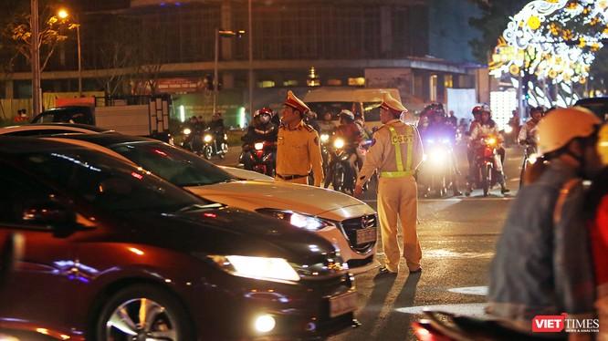 Lực lượng CSGT Công an TP Đà Nẵng làm nhiệm vụ điều tiết giao thông trong đêm 30 Tết Mậu Tuất