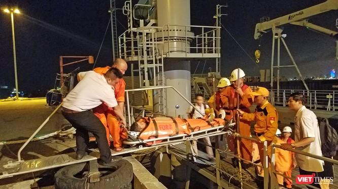 Sau hơn 10 tiếng đồng hồ tiếp nhận thông tin và triển khai các biện pháp cứu hộ cứu nạn, tàu SAR 412 của Trung tâm phối hợp tìm kiếm cứu nạn hàng hải Việt Nam đã đưa thuyền viên người Philipine bị nhồi máu cơ tim trên biển Hoàng Sa về bờ an toàn.