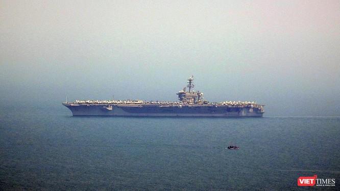 Tàu sân bay Mỹ USS Carl Vinson (CVN 70) trên Vịnh Đà Nẵng