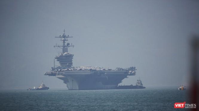 Tàu sân bay USS Carl Vinson (CVN 70) tại vịnh Đà Nẵng