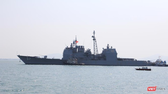 USS Lake Champlain (CG-57) tại Cảng Tiên Sa