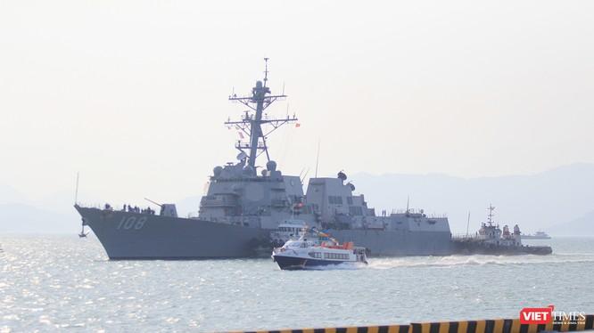 Chều 5/3, chiến hạm hộ tống siêu mẫu hạm USS Carl Vinson (CVN-70) là tàu khu trục tên lửa USS Wayne E.Meyer (DDG-108) đã đến Đà Nẵng.