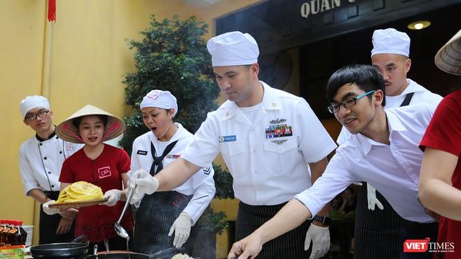 Mặc dù là lần đầu tiên được trải nghiệm và thưởng thức các món ăn này nhưng hầu hết các thủy thủ đều tỏ ra hứng thú và thích thú với cách chế biến cũng như khẩu vị của các món ăn.
