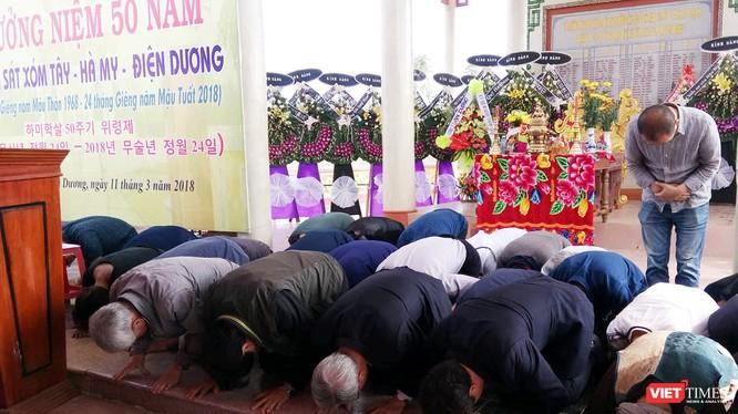 ông Kang U Il-Chủ tịch Quỹ Hòa bình Hàn-Việt (làm Trưởng đoàn), ông Kim Hyun Kwon- Đại biểu Quốc hội Hàn Quốc, cùng các thành viên của Quỹ Hòa bình Hàn-Việt quỳ tạ lỗi với vong linh thường dân vô tội và dân làng Hà My