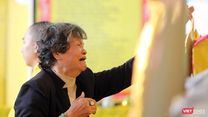 Mẹ Lê Thị Lan xúc động tại Lễ cầu siêu, tưởng niệm các liệt sĩ Gạc Ma do Hội Cán bộ chiến sỹ Trường Sa 83 (CQ88) tại Đà Nẵng tổ chức sáng ngày 13/3.