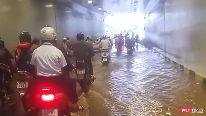 Vừa đưa vào sử dụng từ tháng 11/2017, nhưng Hầm chui Điện Biên Phủ - Nguyễn Tri Phương (Đà Nẵng) được đầu tư hơn trăm tỷ đã ngập nước.