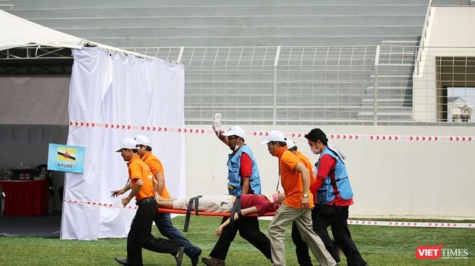 Sáng 27/6, 10 đội y tế khẩn cấp (EMTs) từ các quốc gia ASEAN, Nhật Bản và 2 đội của Việt Nam, với sự hỗ trợ của đội ngũ các chuyên gia quốc tế của Nhật Bản và Thái Lan đã tiến hành cuộc Diễn tập quốc tế ứng phó về y tế trong thảm họa tại Đà Nẵng.