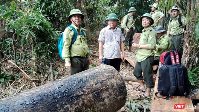 ông Lê Trí Thanh, Phó Chủ tịch UBND tỉnh Quảng Nam cùng đoàn công tác của tỉnh đã đi kiểm tra hiện trường phá rừng phòng hộ Sông Kôn tại khu vực giáp ranh giữa các xã của huyện Đông Giang.