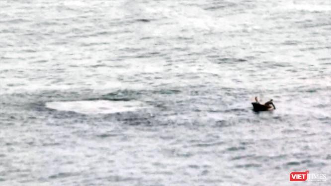 Sáng 31/3, nhiều người mê ảnh đã bất ngờ khi chứng kiến cảnh một chiếc thuyền không có số hiệu dùng mìn đánh cá ngay dưới chân rạn san hôn dưới chân núi Sơn Trà.